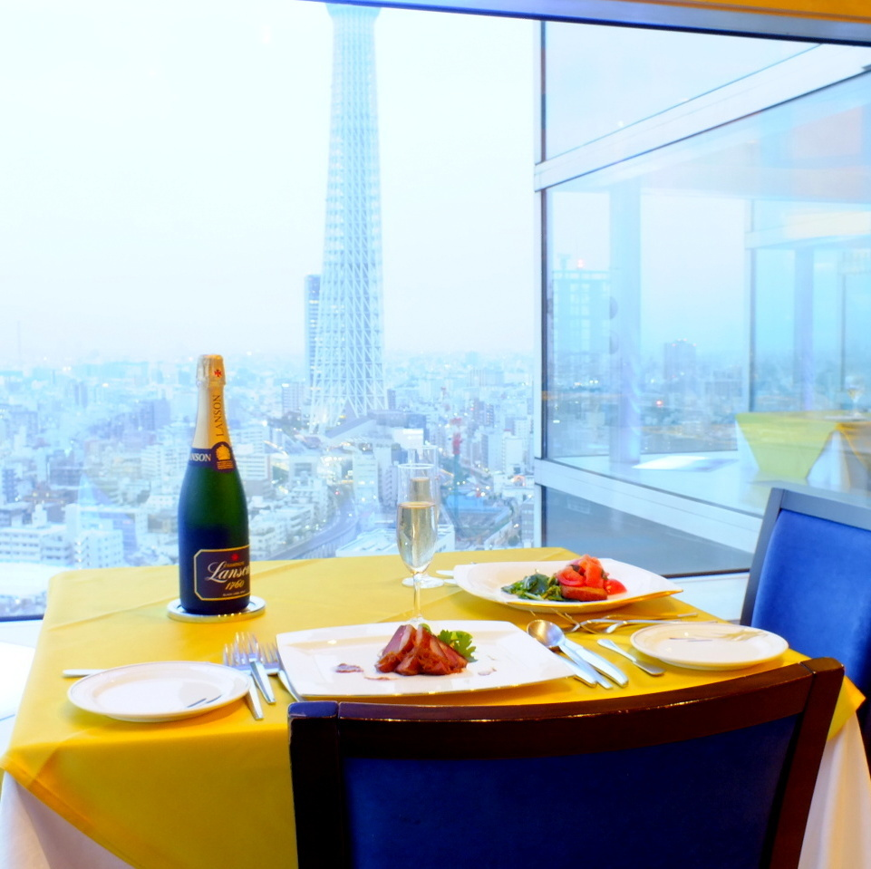 The Sky Tree (R) which looks bigger than the image of the photo is the charm of this seat! Sometimes a little luxurious luxurious lunch is slowly taken at the window seat