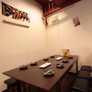 【テーブル/8名様】プライベートな時間をシックな印象のテーブル席とポップな壁飾りで気分を盛り上げて!