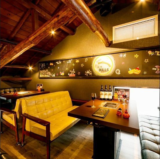 【3rd Floor seat accommodating up to 26 people】 Stylish interior with warm wood