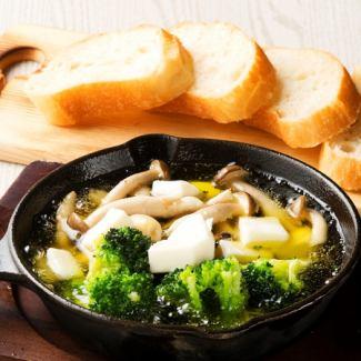 有機野菜とモッツァレラのアヒージョ(VEGE-ジョ)