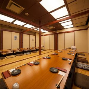 十勝の間:プライベートシーンや大人数におススメ☆こちらの特徴は、白壁に統一されたお部屋で、どことなく日本家屋を感じさせる雰囲気づくり。大人数のご宴会や、カジュアルシーンにはちょうどいい仕様になっています。