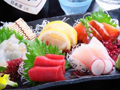 ~お造り盛り合わせ~季節に応じた北海道の新鮮な魚介をご堪能いただけます