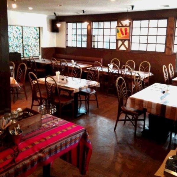 開放的なテーブル席はご宴会やお仲間同士のお集まりにも最適です。25名~30名で貸切もOK