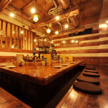 一階中央の席。2人からも利用でき、テーブルを囲んだ30名様までの宴会でも利用できる。