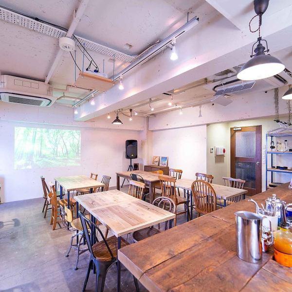 【広々としたラウンジ】最大45名収容可能な空間をまるまる貸切!会の雰囲気に合わせて家具のレイアウトをご自由に変えることができます。