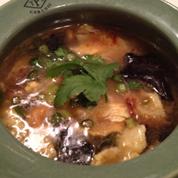 與泰式豬肉地麵湯和細麵條湯的烤雞蛋
