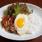 鶏挽き肉とタイバジルのせご飯