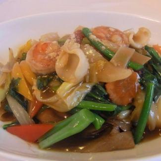 米粉和海鮮的泰式醬油炒麵