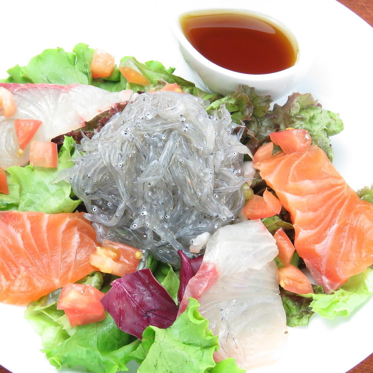 생 멸치와 생선 해물 샐러드