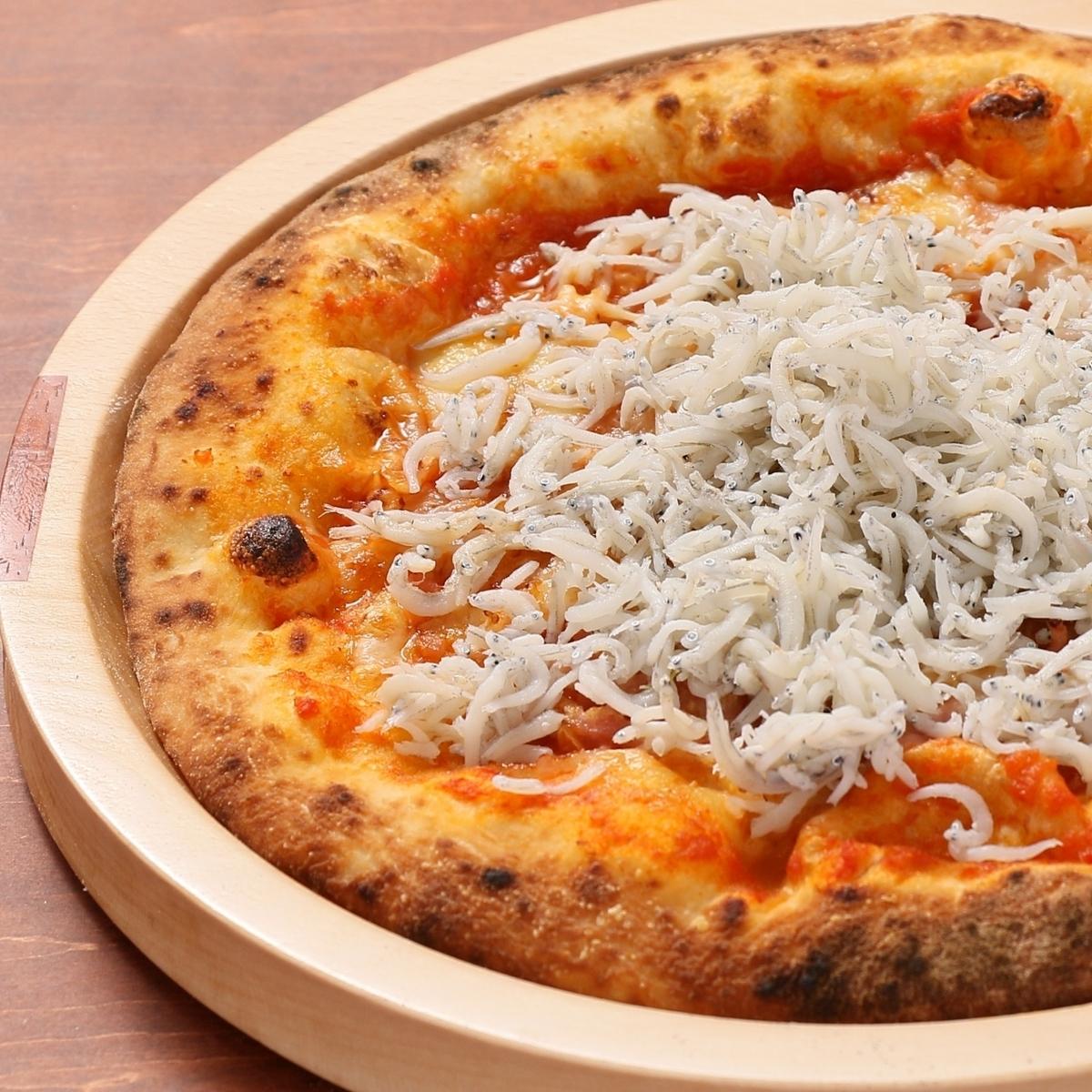 가마 아게 멸치와 모짜렐라 치즈 피자