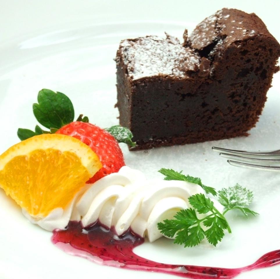 Gateau chocolate with vanilla ice