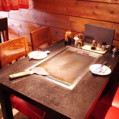 【テーブル席】周りの席と離れているのでゆっくりお食事をお楽しみ頂けます♪ デートや女子会に人気の席です!