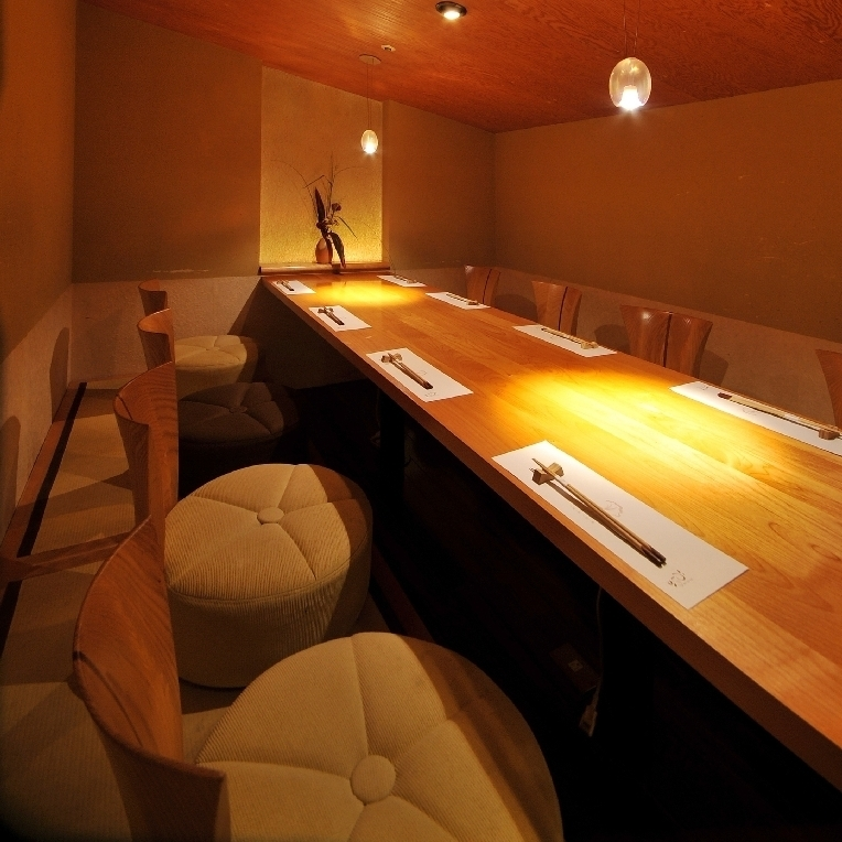 【Room No. 16】 Half single room of digging type that you can use up to 10 people.It is ideal for use in various scenes such as banquet, dinner party, entertainment, and face-to-face meetings.Although it is not a complete private room, there is no seat next to you, it is an independent seat.Please do not hesitate to tell us your preliminary content.