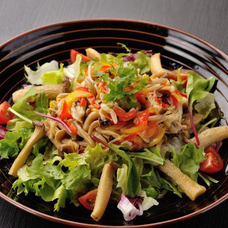 たっぷり茸と生野菜の温サラダ(レモン風味ドレッシング)