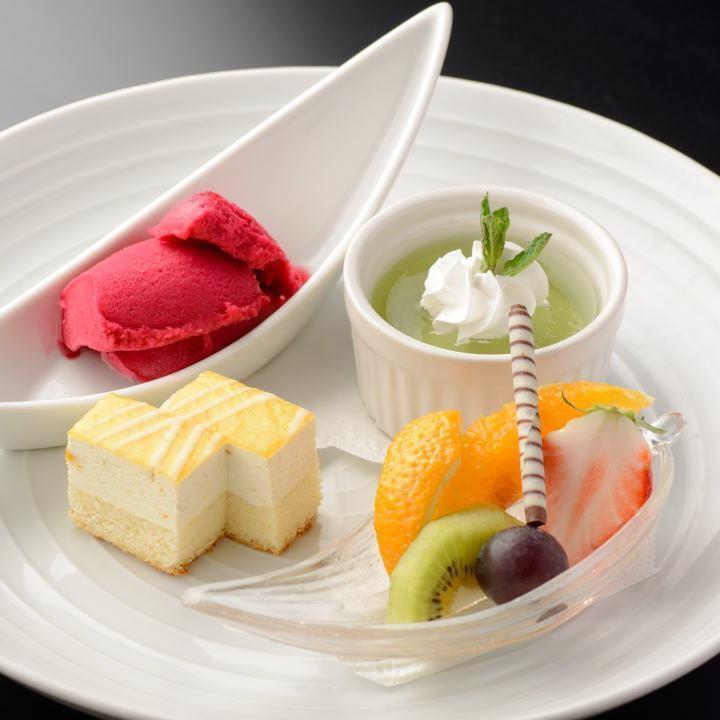 4種類のフルーツとデザート