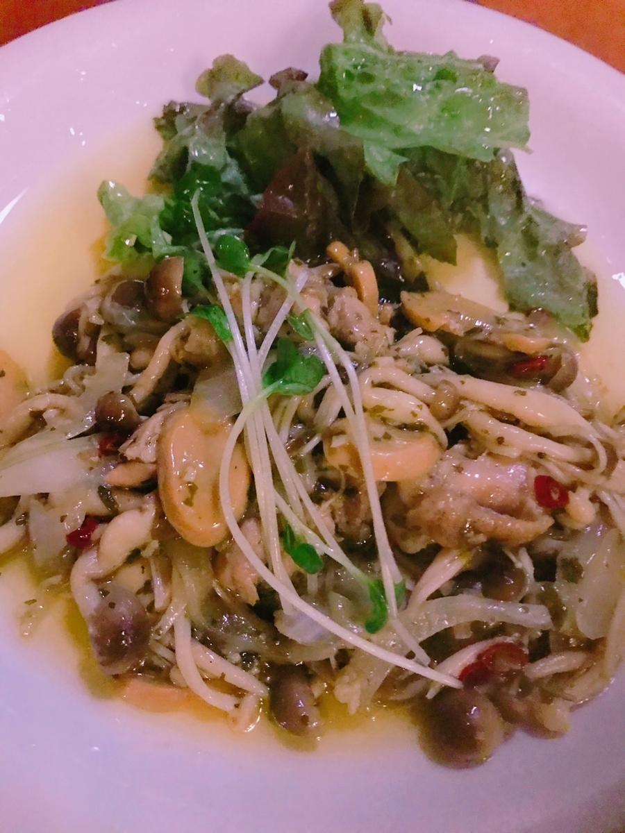 Basil sauteed with young chicken and mushrooms