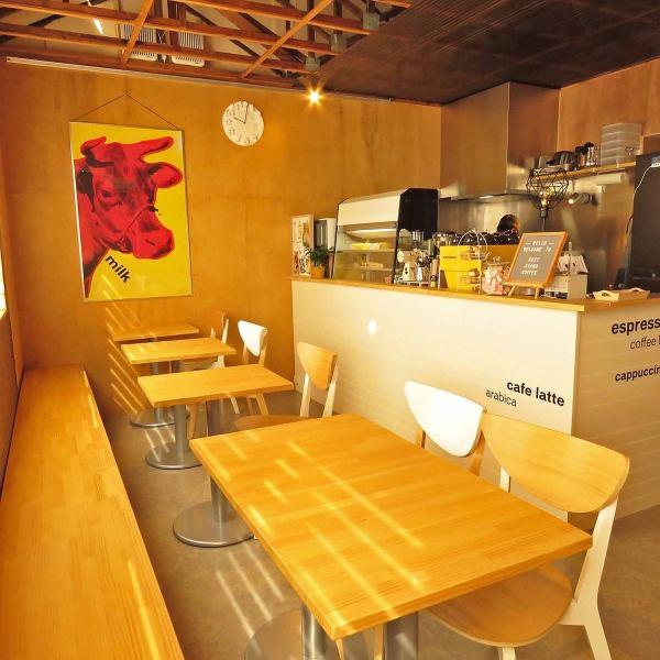 テーブル席は【1名様~2名様のお席】が5卓、NZではエスプレッソ系のコーヒーが人気!特にフラット・ホワイトがおすすめです。仕事の合間のコーヒーブレイクはもちろん、お打ち合わせに、お仕事に!~お子様のお迎え時間の前後の休憩タイムのほか、少人数でのママ会、女子会などなど、様々なシーンでご利用いただけます。