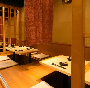 在二樓,我們準備所有四個桌子用於挖掘式桌椅。如果你取下竹草,你可以在下一個座位上設置一個隔斷,並保持半房間風格。此外,如果您連接桌子,最多可容納22個宴會!伏見的宴會和娛樂活動一定在我們的商店!