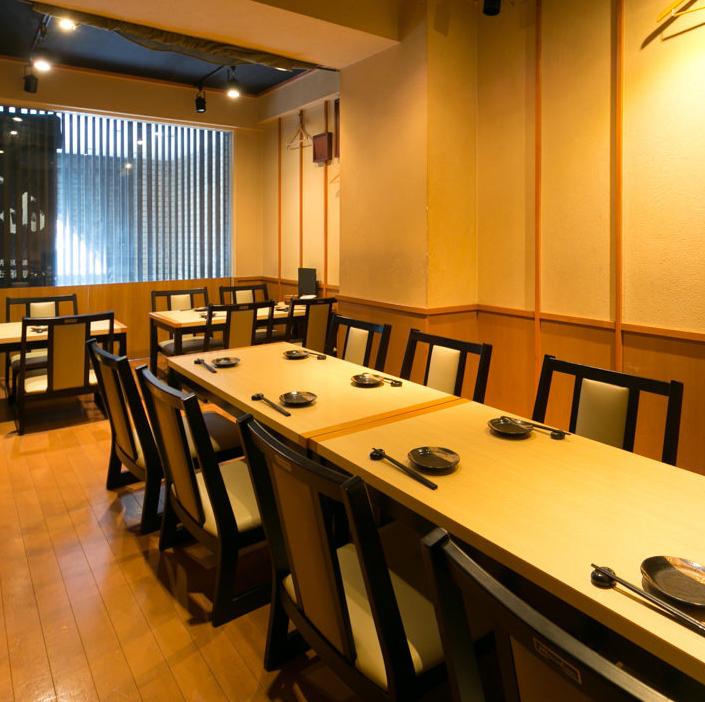 在三樓,我們有一個大型宴會廳,可容納38至50人。您可以與朋友一起享受私人宴會,而無需擔心地板租賃的周邊環境。請將它用於公司的各種宴會和聚會。