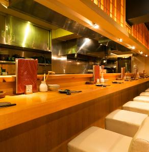 可以看到手頭展開的日本工匠的特殊座位,櫃檯有10個座位。當您與一個人或一對夫婦/夫婦一起旅行時,也建議您這樣做。請用我們的商店烹製日式料理,包括Hakkaisan,豐富的清酒。