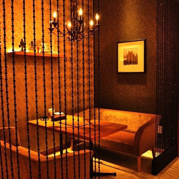 シャンデリアが煌めくソファ席は、ちょっと大人の女子会や、デートにも。ワインやシャンパン片手に非日常の時間を。人気のため、早めのご予約を…