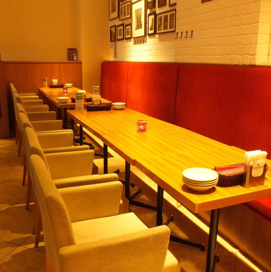 團體推薦桌座。您可以在沙發座椅上舒適地放鬆身心。