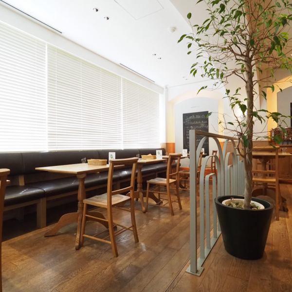 【大きな窓ガラスに面したソファー席♪】ちょっと特別感のあるテーブル席となっております。テーブルを繋げれば10名様ほどのパーティスペースに早変わり♪各種PARTY、女子会、大切な誕生日会や記念日にもバッチリですよ♪