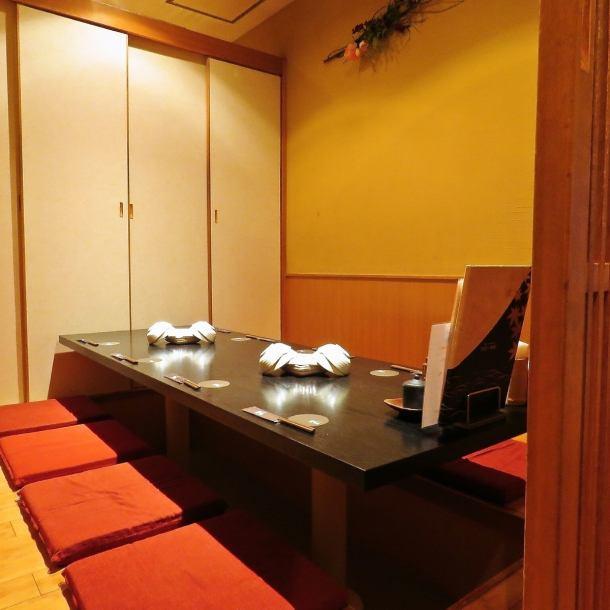【個室有り】会社宴会はもちろん、ちょっとしたお食事会など、周りを気にせずお寛ぎ頂けます。個室空間で月のあかりに包まれた様な和空間を演出。プライベート感のある個室でこだわりの刺身や焼き鳥、日本酒をお楽しみください。大小様々な個室・半個室をご用意しておりますので、ご家族や、女子会、誕生日会にもどうぞ。