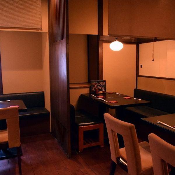 2階席 【テーブル4名席×3】          【テーブル6名席×1】          【個室4名席×1】 各テーブルごとにロールスクリーンで仕切られていますので半個室としてご利用頂けます。また、仕切りを外す事によって4名席から8名席に広げられます。最大2階フロアー貸し切りで25名様までのご利用可能です。