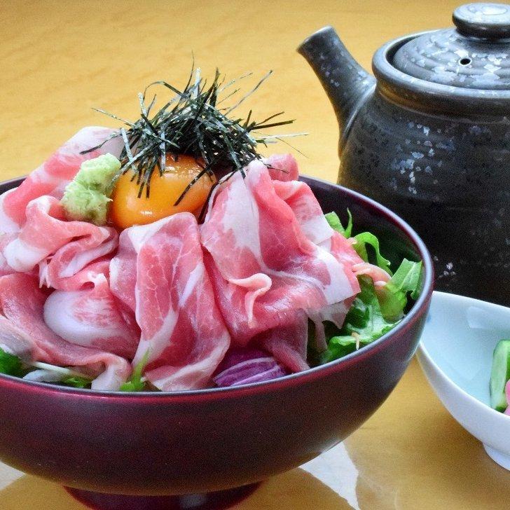 점심 한정 구운 돼지 고기 덮밥 850 엔