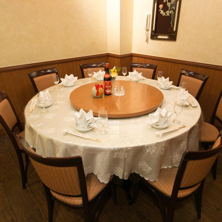 10人在一个完美的私人房间圆桌!由于有很多准备工作,请使用它!完全独立的房间可以容纳70人!