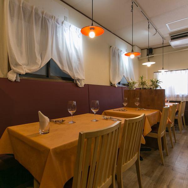 アットホームな雰囲気の店内では、シェフ自慢の『本格西洋料理』と『こだわりの厳選ワイン』を堪能いただけます! カウンター席の他、片側ゆったりソファーのテーブル席をご用意しております。テーブル席は人数に応じてセッティング出来る為大人数でのご利用も可能です! 各種宴会や歓送迎会にも是非ご利用ください!