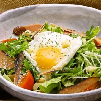 浜吉ヤの鰹生節と土佐のフルーツトマトのシーザーサラダ