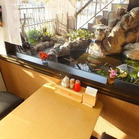 The interior of the shop is bright with the sunlight entering through the window, a space where the interior of woodgraining and fancy and unpretentious interior relaxes.From the window side, you can see a Japanese garden-like garden.While relaxing swimming carp while watching, please relax at ease.