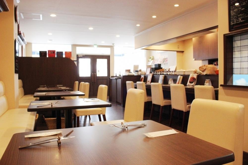4名掛けのテーブル席。女子会や、会社のお仲間との集まりにもぴったり!各種コースのご予約もお待ちしております。