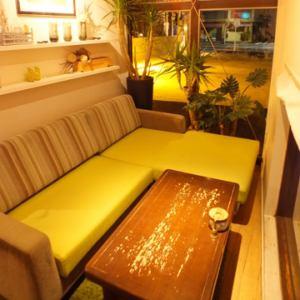 植物に囲まれた窓際のソファー席。カップルにおすすめ。