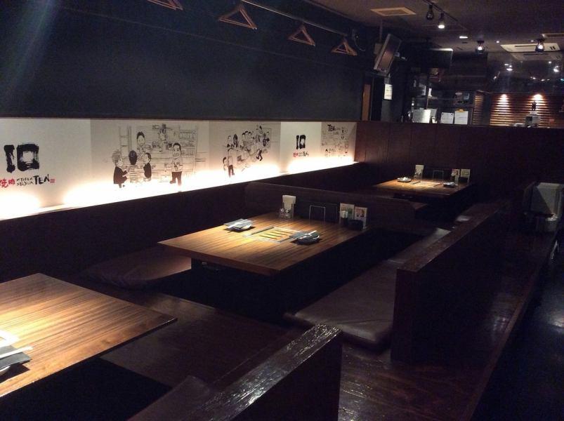 メインフロアの温かい絵が描かれた掘りごたつ席は最大16人です。