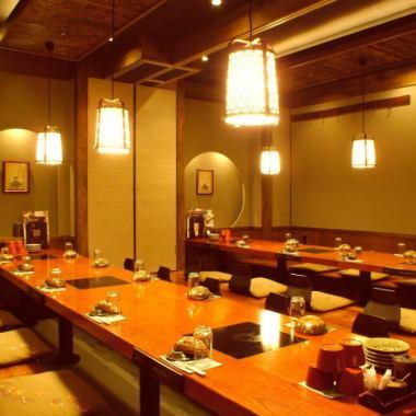 ◆銀座線京橋駅6番出口徒歩1分の居酒屋◆最大宴会人数50名様迄のお座敷もご用意しております。それ以上の人数様の貸切は、直接スタッフへお問い合わせください。2、4、6、10、14、50名様と個室が充実しているのも魅力的。接待、会食など各種ご宴会に最適です。ご予約をお待ちしております。