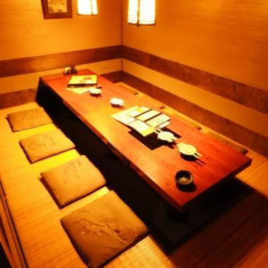 和モダンな雰囲気がご好評頂いている個室は、あたたかい色に包まれ落ち着いた雰囲気です。佐渡純血島黒豚、日本海天然ぶり、佐渡紅ズワイ蟹など、自慢の逸品をお楽しみいただけるコースを3,980円~ご提供いたします。佐渡の郷土料理を堪能できる居酒屋『土風炉 京橋店』に是非ご来店ください。