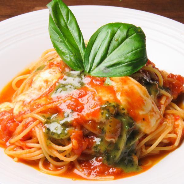 모짜렐라와 바질 토마토 소스