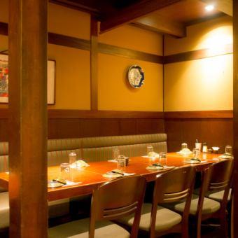 テーブル 16名様【2~16名様】区切られた空間ですので、扉はありませんが半個室としてお使い頂けます。お時間やお人数様、お料理など、何でもお気軽にご相談下さい☆下見だけでも◎忘年会や新年会、会社の歓送迎会や同窓会などに是非!こちらのお席は人気がございますので、お早目にご予約をお願い致します!