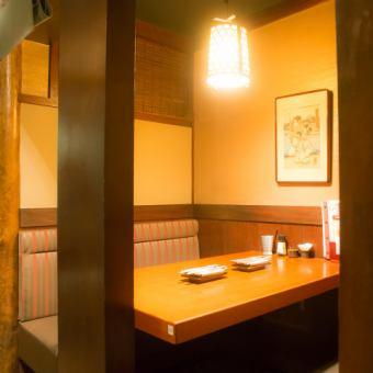 テーブル 4名様【2~4名様】静かで落ち着いた完全個室です。カップルやご友人とのお食事に最適な雰囲気の良い空間です♪逸品料理はもちろん、鳥元の味が堪能できる飲み放題付コースも多数ご用意しておりますので、是非ご利用下さい☆