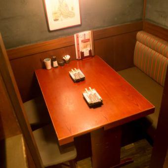 テーブル個室 4名様[2~4名様]ホッとひと息つきたいときに最適なお席です。個室に区切られたやすらぎ空間で、当店自慢の炭火串焼きとオリジナルの地ビール、季節日本酒などお楽しみ下さい☆宴会・接待・ランチミーティングなど、シーンに合わせてご利用ください♪