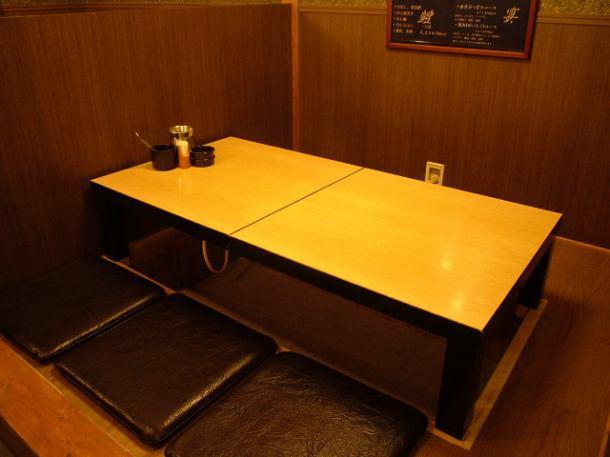 プライベートなシーンで利用が出来る個室風のBOX席は掘りごたつ式テーブルになります!靴を脱いでゆっくりとくるろげます。掘りごたつの半個室なので快適◎