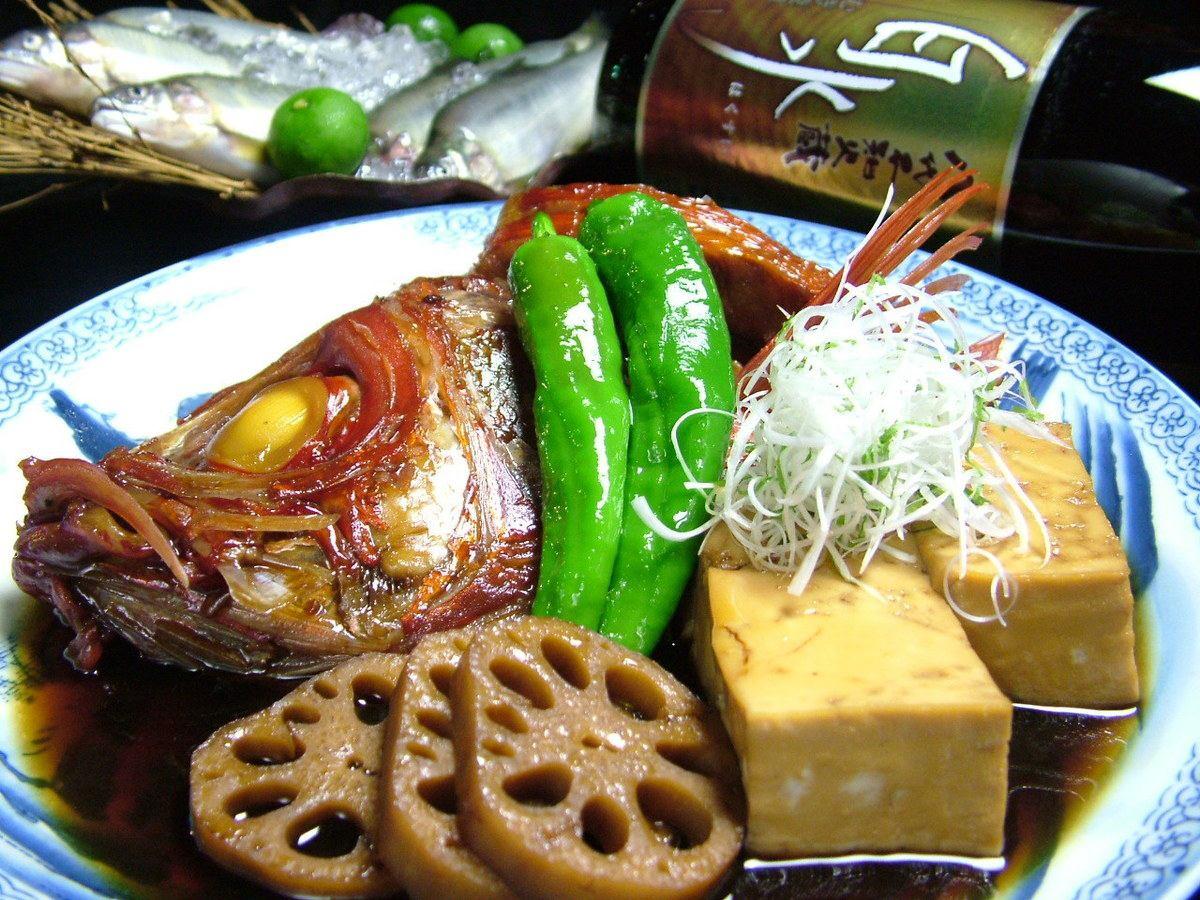 素材の旨みを凝縮させつつもしっかり味が沁み込んだ醤油ベースの金目鯛の煮付け♪お酒にも良く合います◎