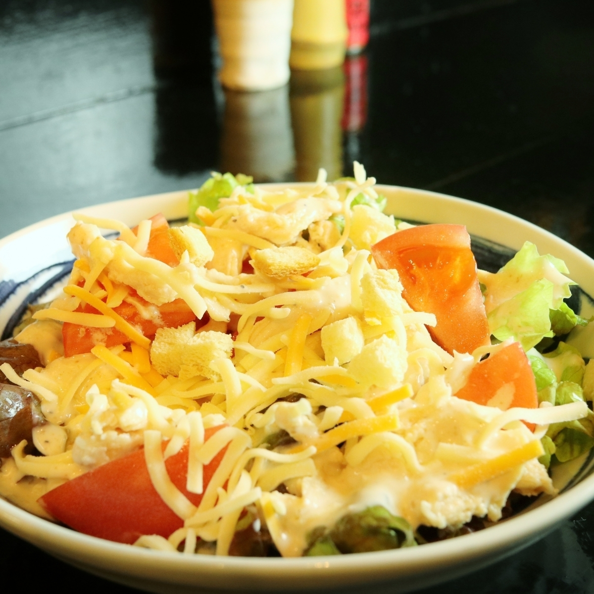 筑波鸡和奶酪的凯撒沙拉