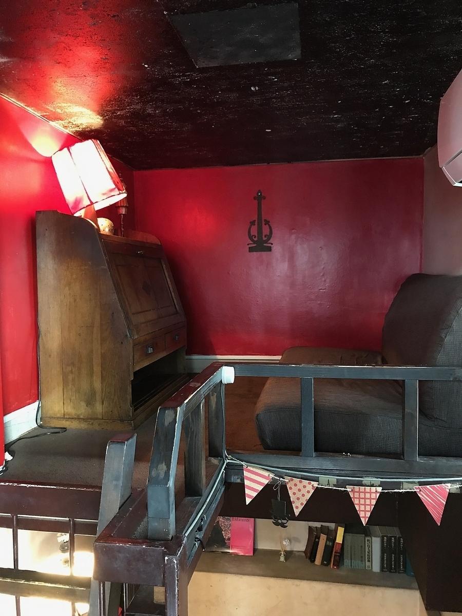 【半個室】アストラルランプのコンセプトは「天空の家」。ベッドルームに見立てたお部屋。アンティークなライティングデスクのお席です。