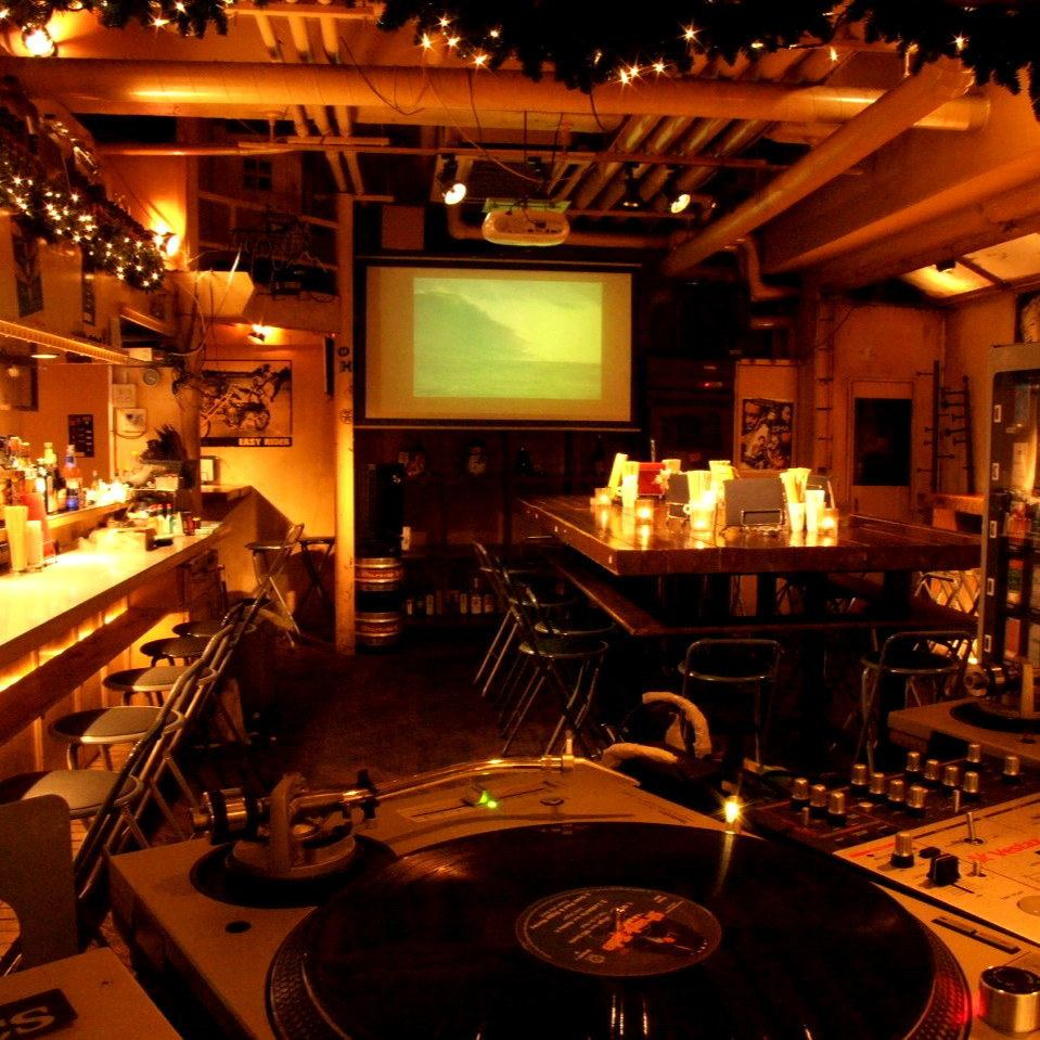 DJ booth and large-sized projector ◎ Chart for private chart 2500 yen (excluding tax)