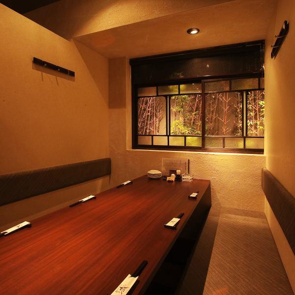 所有私人房间都宣布店内。私人客房可供2人入住,最多可容纳40人。它配有桌椅和2个挖掘灌木私人房间的图案。请一定使用,如欢迎招待会/生日/周年纪念/娱乐/约会等。还请咨询团体午餐派对。【Hakata izakaya烹饪实用锅用水煮熟的私人房间,你可以喝】