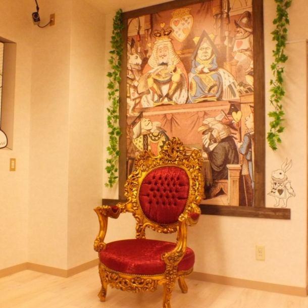 【写真好きな女の子集まれ♪フォトスポット登場!】入口入ってすぐ!インスタ映えするコーナーが♪◎この絵は、アリスが女王から裁判をかけられている時のシーンです。アンティークな椅子に座って、ご自由に写真をお撮りください♪